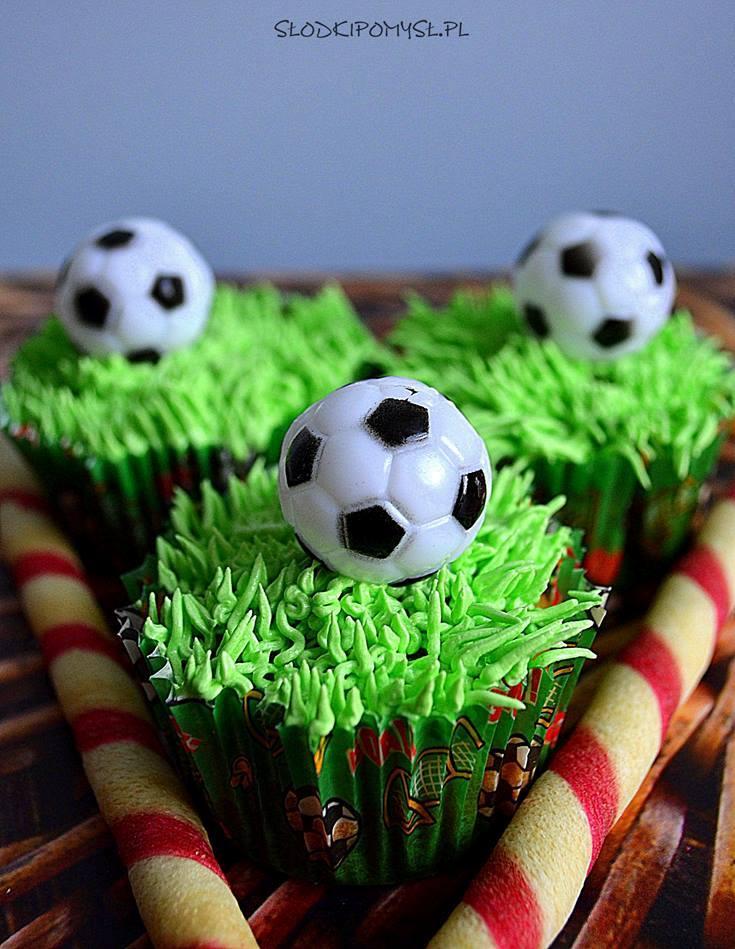 babeczki dla fanów piłki nożnej, babeczki kibica, piłka nożna, babeczki z trawą