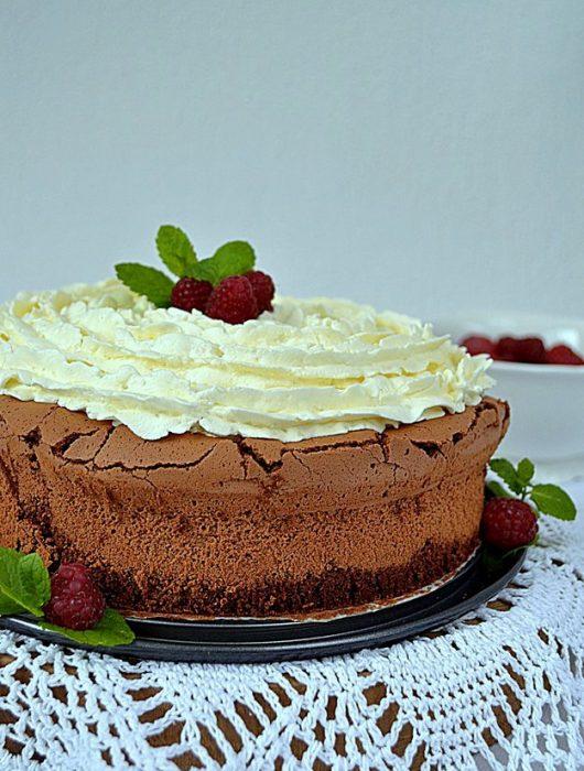 malinowy wulkan, ciasto z malinami, ciasto bez glutenu, bita śmietana, czekolada, wiórki kokosowe, maliny