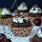 Babeczki Czarny Las, babeczki z wiśniami, czekoladowe babeczki, wiśnie, czekolada, bita śmietana,
