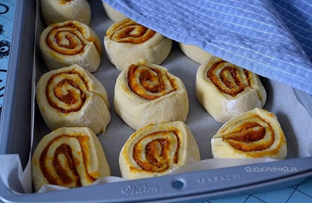 drożdżówki cinnamon rolls, babeczki dyniowe, dynia, puree z dyni, ciasto drożdżowe