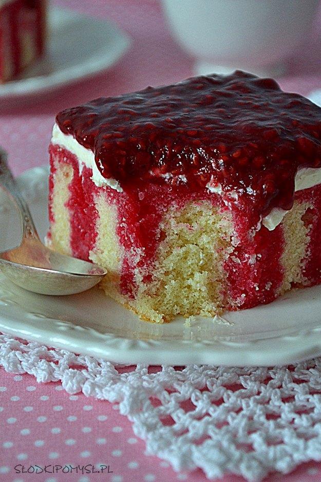 malinowy sen, ciasto z malinami, dream poke cake, frużelina malinowa, śmietana, maliny