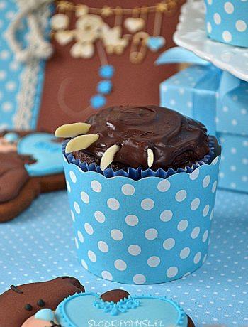 Czekoladowe muffiny z wiśniami, babeczki z wiśniami, łapki misia, czekoladowe babeczki. babeczki łapki misia, muffiny z wiśniami,