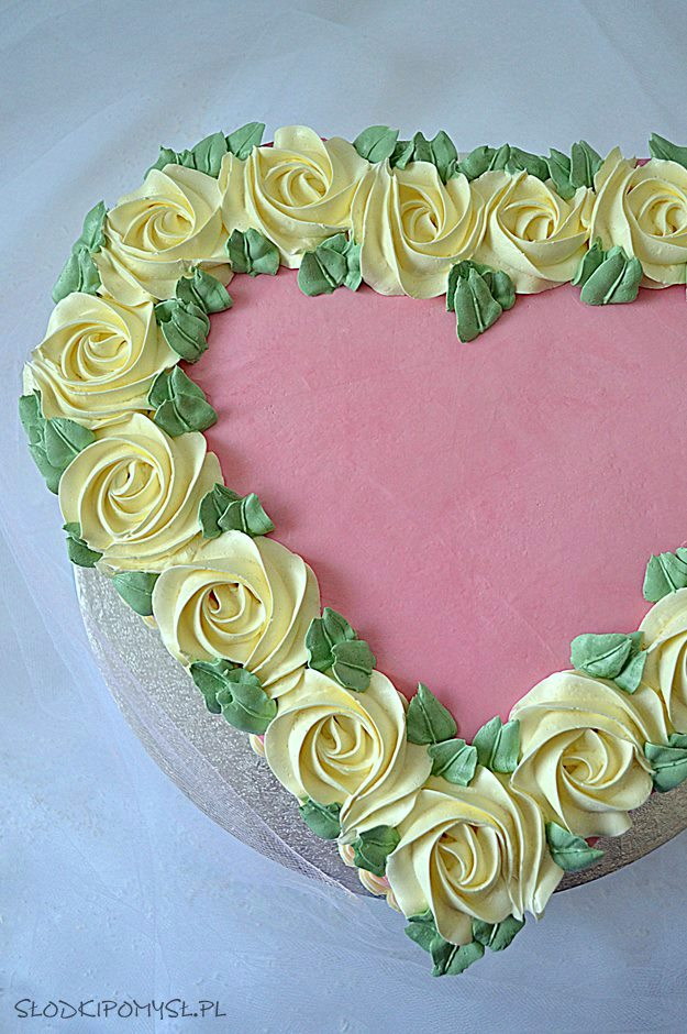 jak zrobić tort serce, jak zrobić tort w kształcie serca, tort serce, tort serce bez rantu, serce z różami, tort, krem czekoladowy.