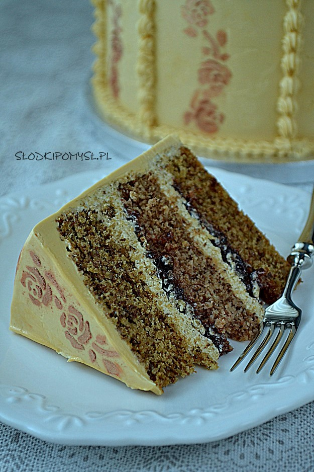 tort orzechowy, tort z orzechami, krem orzechowy, tort z powidłami, biszkopt orzechowy